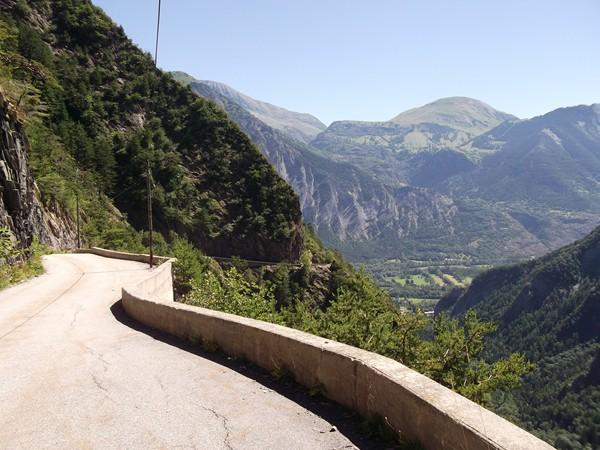 Vue en arrière, on peut voir la montée de l'Alpe d'Huez (à droite).