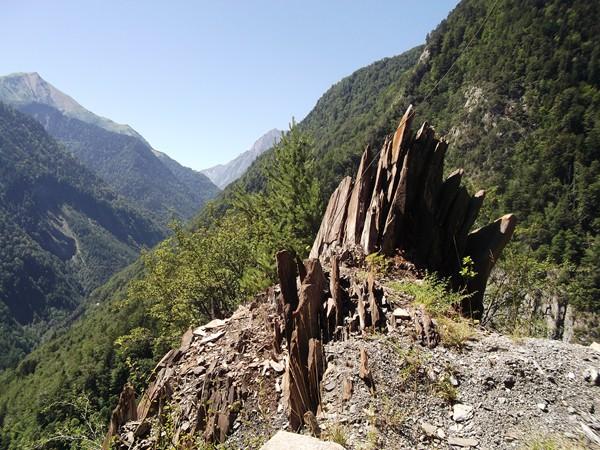 Des rochers aux formes déchuiquetées...