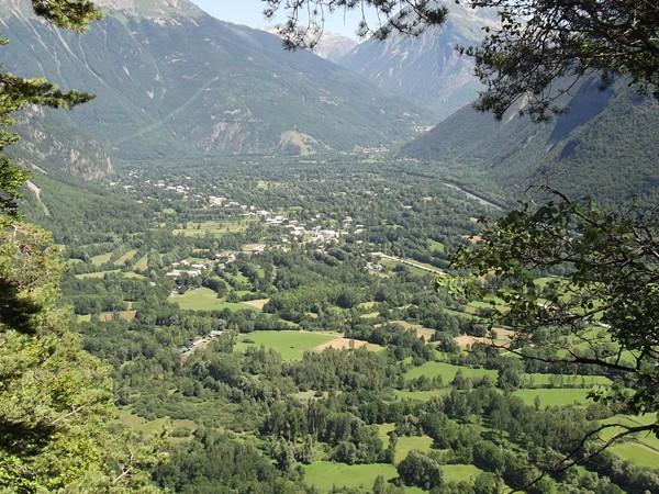 Dans une épingle, une fenêtre permet de jeter un coup d'oeil sur la Vallée de la Romanche.
