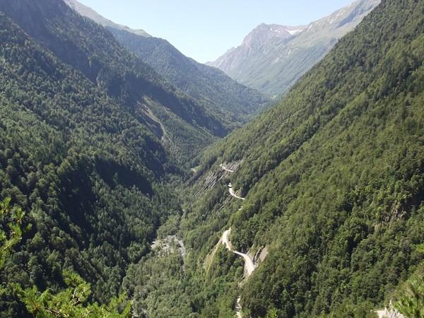 La route s'élève rapidement, on aperçoit la route du Col d'Ornon.