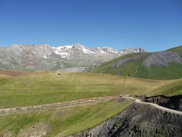 Plus haut en se retournant, en arrière-plan, les Grandes Rousses avec le Pic de l'Etendard (3464 m), à droite, juste au-dessus de la piste, le Col Nazié (1902 m).