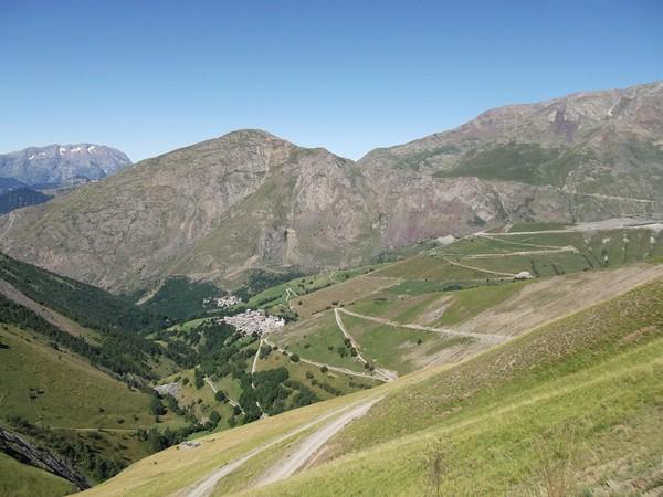 Au centre, le Col de Sarenne (1999 m).