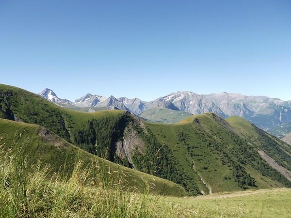 L'Aiguille de Venosc (2830 m) et sur sa gauche, la Roche de la Muzelle (3465 m).
