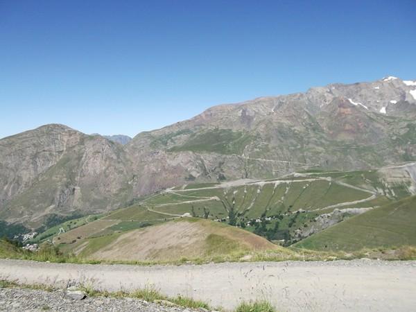 Sur la montagne en face, la montée finale du Col de Sarenne.