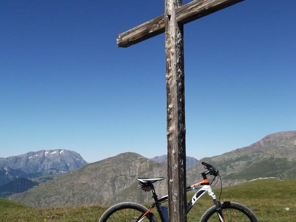 La croix du Col St-Georges, le bois a été blanchie par le temps.