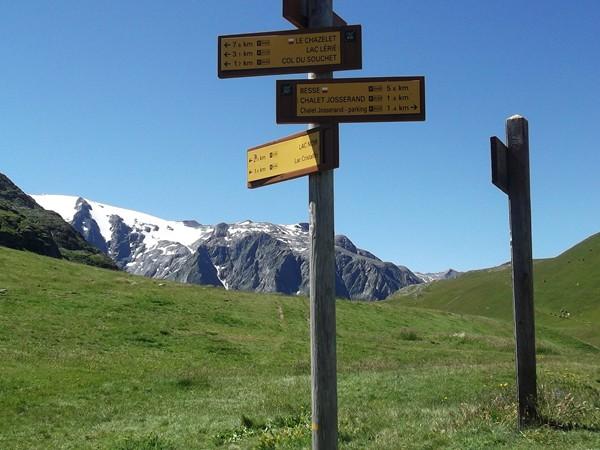 Dans la montée au Col du Souchet, le panneau qui symbolise le Plateau d'Emparis - 2190 m.
