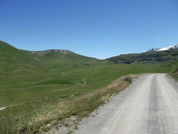 De retour sur la piste. Au milieu, on voit bien la montée vers le Col du Souchet.