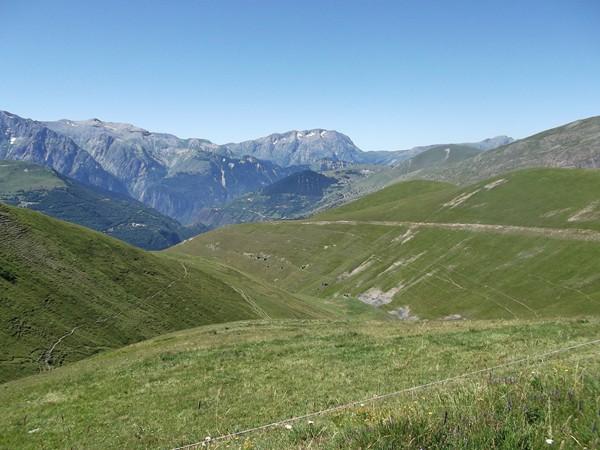 Dans la descente vers Singuigneret. En plein centre, l'Alpe d'Huez et juste derrière, le Col du Solude.