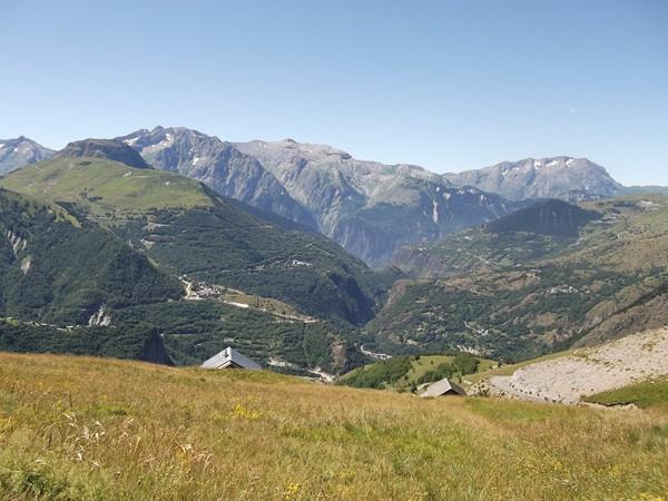 Du milieu vers la gauche, on voit la montée vers la Station des 2 Alpes.