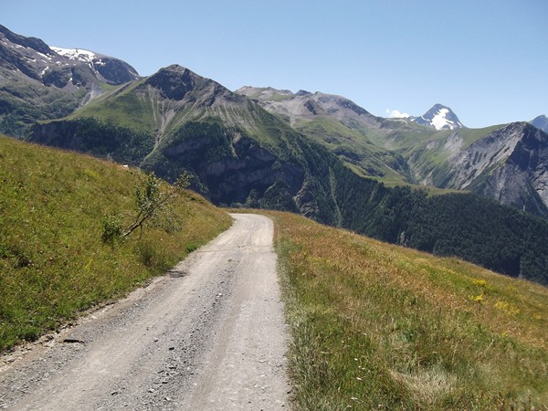 Dans la descente vers Singuigneret. En face de la piste, la Grande Aiguille - 2181 m.