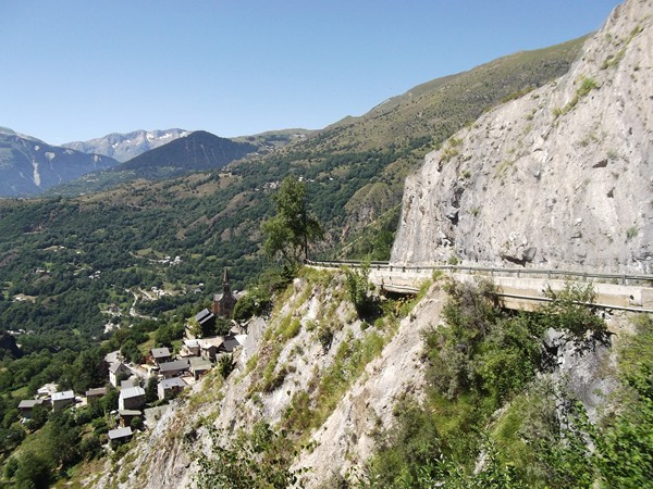 Route à flanc de falaise.