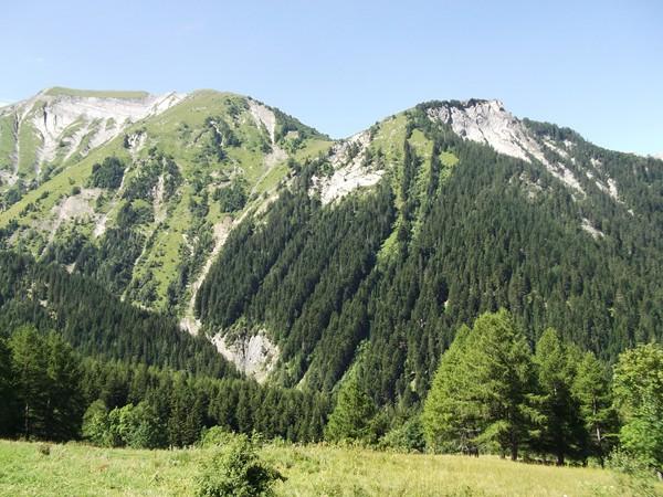 De gauche à droite, les Pâles (2435 m), la Tête des Filons (2396 m) et la Tête de Louis XVI (1982 m). Entre ces 2 derniers, le Col de Corbière.
