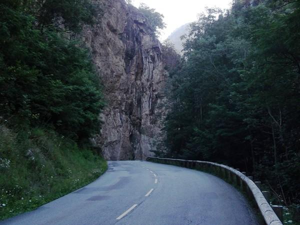 Un gros rocher à contourner peu avant le Bourg d'Arud.
