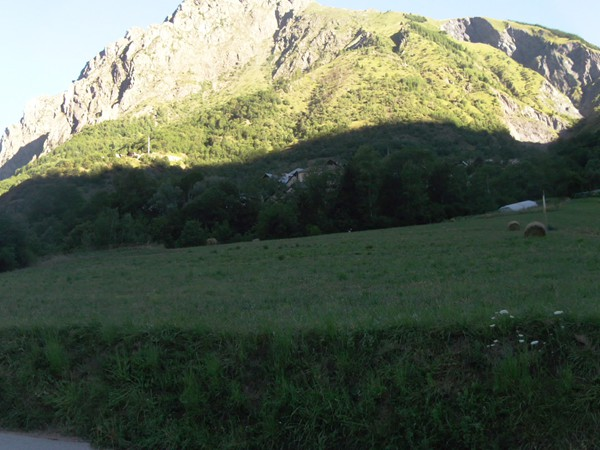 Panorama au-dessus de Vénosc avec le Pied Moutet (2339 m).