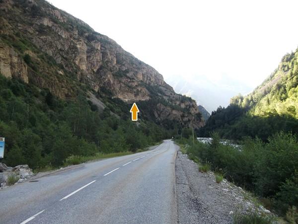 ... la route est perchée dans la roche 150 m plus haut !