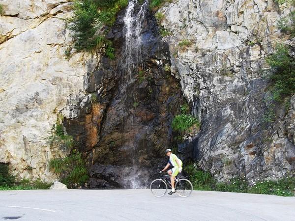 Un cyclo - Michel - est à deux doigts de prendre une douche !