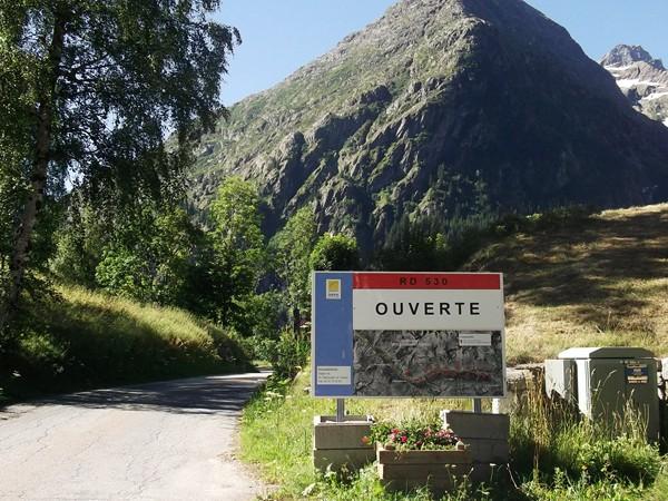 La route va se rétrécir, la pancarte annonce 20 passages d'avalanches !