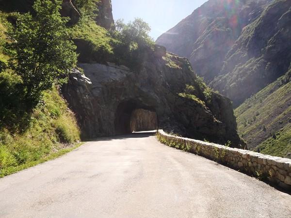 Petit tunnel creusé dans la roche.