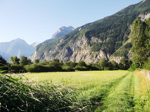 La route de Villard-Notre-Dame taillée dans la roche.