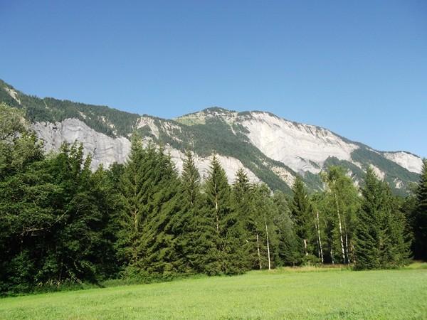 Le Prégentil (1938 m) juste au centre, le Col du Solude se trouve juste dans le creux sur la gauche.
