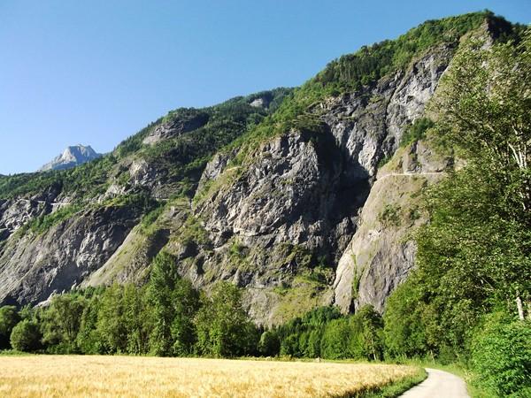 La route de Villard-Notre-Dame, le gros rocher au milieu figure le plus long tunnel...
