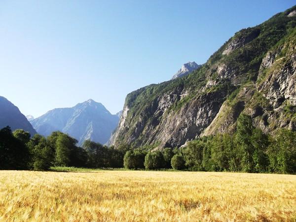 Le Pied Moutet (2338 m) et la route de Villard-Notre-Dame sur la droite.
