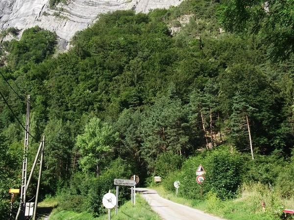 Oui oui, c'est la route qui MONTE à droite !