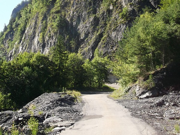 La route rejoint bientôt les flancs du rocher.