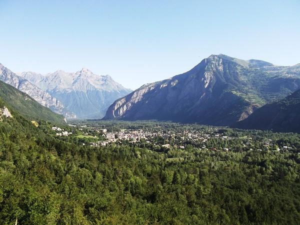 Alors ! Bourg-d'Oisans au centre, à droite, la montée de l'Alpe d'Huez.
