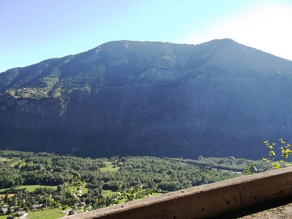 Les Rochers d'Armentier. On distingue la route d'Armentier, elle aussi en balcon.