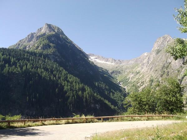 Dans le fameux virage avec vue 180° : l'Aiguille du Midi (2742 m) et le Pic du Col d'Ornon (2872 m).