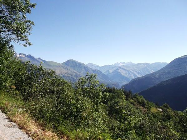 Dans le fameux virage avec vue 180° : le Massif des Grandes Rousses avec les Aiguilles d'Arves.