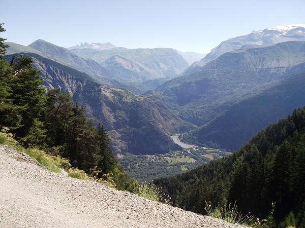 Vue sur les Gorges de l'Infernet et les Aiguilles d'Arves au-dessus.