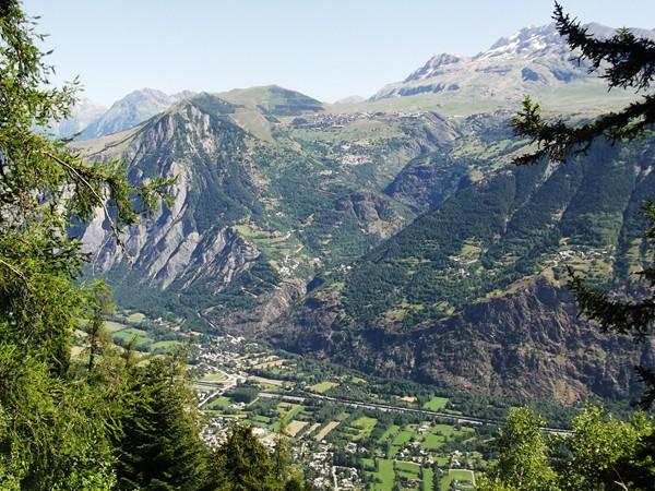 La Plaine de Bourg-d'Oisans en contrebas.