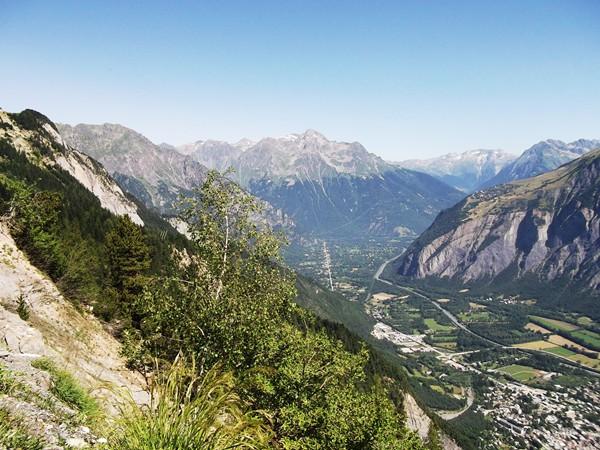 La Vallée de la Romanche et en face, la Grande Lance d'Alllemond (2842 m).