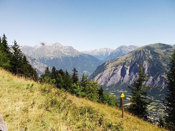 La vallée en face est celle de l'Eau d'Olle qui mène au Col de la Croix de Fer.
