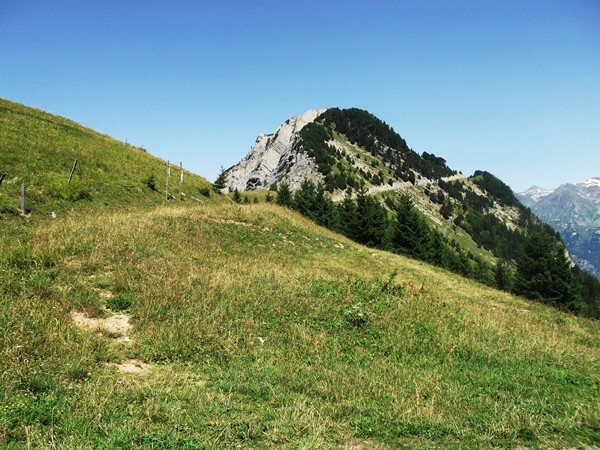 Le Prégentil. On distingue bien le chemin qui mène au Col de St-Jean.