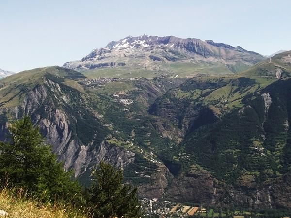 Le Massi des Grandes Rousses au-dessus de l'Alpe d'Huez.