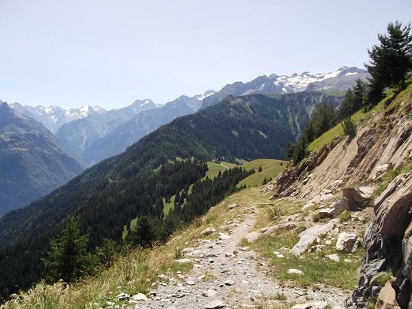 Le chemin pierreux... au centre de la photo, la tour de télécommunication... 100 mètres plus bas.