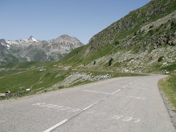 La montée finale. Un peu à gauche, on aperçoit l'hôtel-restaurant qui se trouve au pied du Col du Glandon.