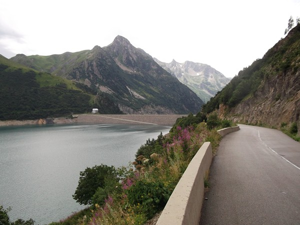 Vue en arrière sur le Barrage de Grand Maison. Tout à gauche, le Col du Sabot (2100 m).