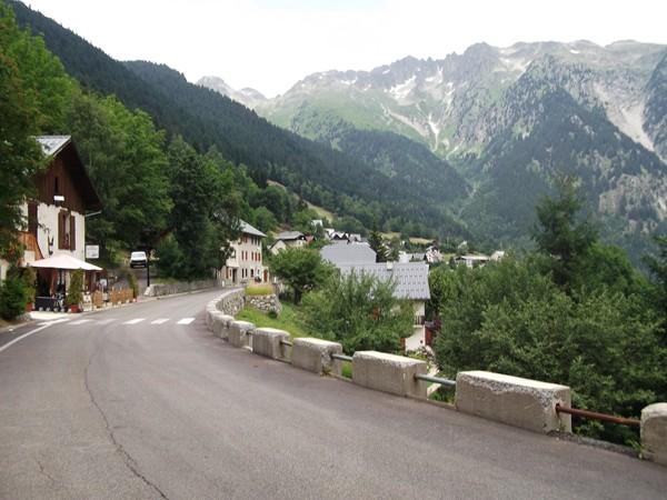 Le Rivier d'Allemond, très sympa avec le Massif de Belledonne.