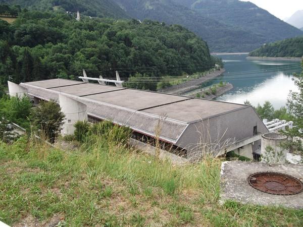 La route passe au-dessus de l'usine électrique de l'Eau d'Olle.