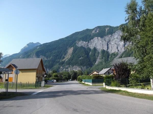 A la sortie du camping. Vue sur la Côte Alamèle et la Grande Lance d'Allemont (photo Idris).