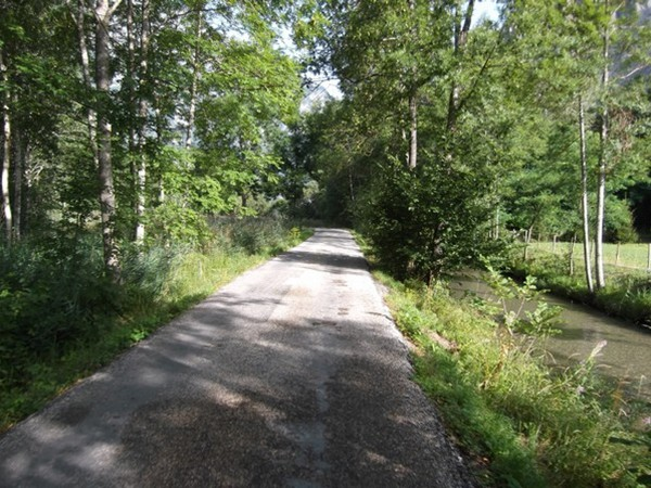 Petite route bucolique idéale pour l'échauffement (photo Idris).
