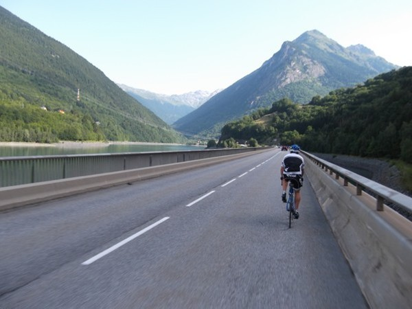 Sur la route qui passe sur le lac du Verney. A gauche, la Vallée de l'Eau d'Olle où se trouve les premières rampes du Col de la Croix de Fer (photo Idris).