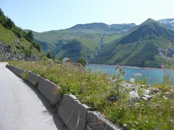 La route longe le Lac de Grand Maison (photo Idris).
