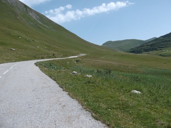 Un route qui serpente tranquillment au milieu des alpages (photo Idris).