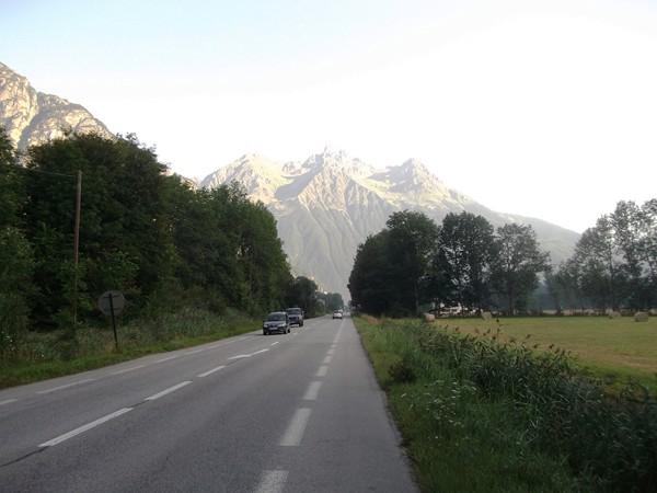 A la sortie de Bourg-d'Osans, en direction de Rochetaillée avec l'imposante Grande Lance d'Allemont.