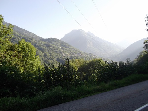 Au centre, la partie haute du village d'Allemond.